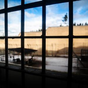 Galler blockerar fönstret när man tittar ut ur fängelset i Riihimäki.