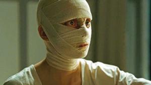 Nina Hoss kasvot siteiden peittäminä elokuvassa Phoenix
