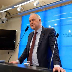 Vänsterpartiets ordförande Jonas Sjöstedt håller presskonferens i Sveriges riksdag
