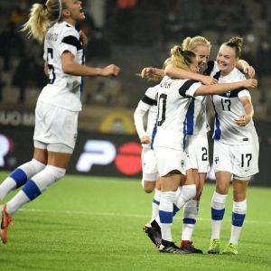 Finlands fotbollsdamer firar segermålet över Skottland på hemmaplan i Helsingfors.