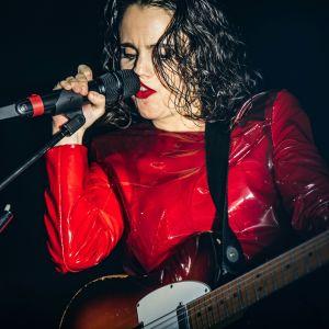 Brittiläinen laulaja-lauluntekijä-kitaristi Anna Calvi esiintymässä Englannissa vuonna 2019.