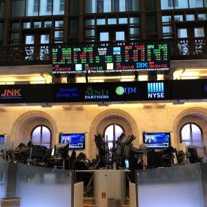 Börsmäklare vid tusentals bildskärmar med aktiekurser i New York Stock Exchange.