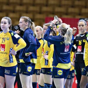 Spelare i Sveriges damlandslag i handboll står i samlad trupp efter match.