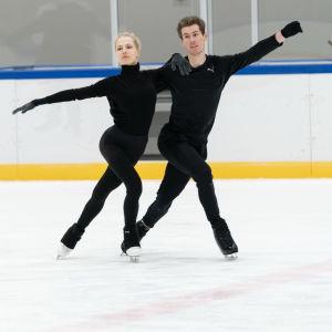 juulia Juulia Turkkila ja Matthias Versluis harjoittelevat pirkkolan jäähallissa.