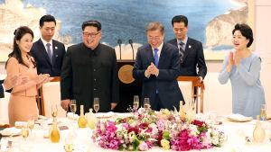 Nord- och Sydkoreas ledare med fruar på bankett efter toppmöte i gränsbyn Panmunjom.