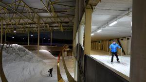 I Stensböle skidhall kan man skida på två olika våningar.