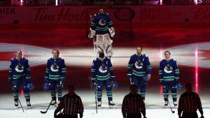 Vancouver-spelare står på rad inför en match.