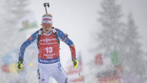 Laura Toivanen skidar.