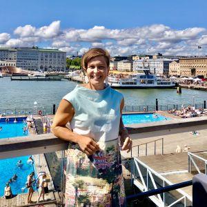 Johanna Tonttila med solig Helsingfors-hamnbassäng i bakgrunden.