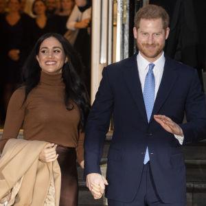 Meghan ja Harry käsi kädessä.