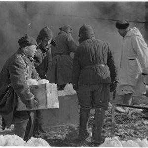 2.3.1940 Sotavankeja Kouvolassa sammutustöissä.