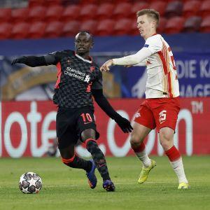 Sadio Mane ja Dani Olmo Liverpoolin ja Leipzigin välisessä ottelussa Unkarissa helmikuussa 2021.