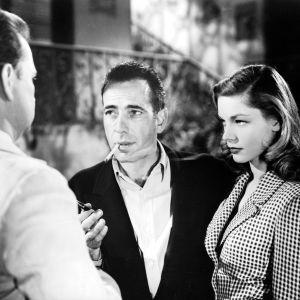 Humphrey Bogart ja Lauren Bacall elokuvassa Kirjava satama (Walter Sande selin)