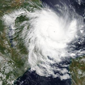 Satellitbild på cyklonen Kenneth då den närmar sig Moçambique på tordsdagen.