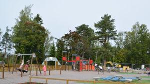 Skolgård där barn leker
