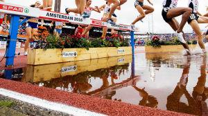 Damer tar sig över vattenhindret under EM i friidrott.