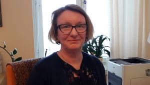 Carola Snellman är ledande socialarbetare inom Vasa stad och arbetar bland annat med adoptionsrådgivning.