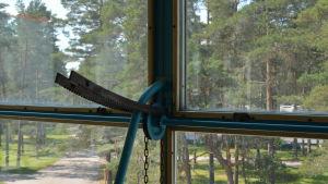 Låsmekanism för ett större fönster.