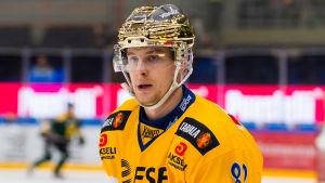 Henrik Koivisto med glider runt på isen.