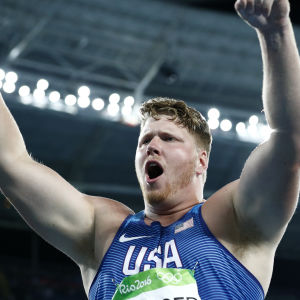 Ryan Crouser firar med händerna i luften.