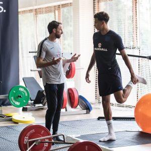Tränaren Gareth Southgate och spelaren Dele Alli på gymmet.