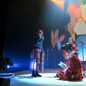 Auvo Vihro Hamletin isän haamuna neuvoo Hamletia, Saska Pulkkista. Kitaristi, säveltäjä Jarmo Saari soittaa taustalla.