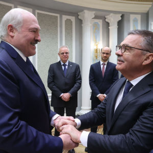 Alexander Lukashenko och Rene Fasel skakar hand