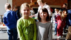 Emma Krooks och Della Hintermeyer på Barnens energidag i Vasa.