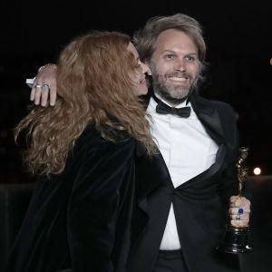 Florian Zeller kramar om sin fru Marine Delterme efter att ha vunnit en Oscar för bästa manus efter förlaga år 2021.