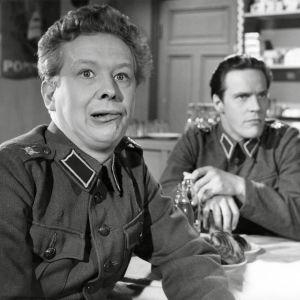 """Kotimainen elokuva """"Sotapojan heilat"""". Näyttelijät Lasse Pöysti (roolinimi alokas Esko Puustinen) ja Tommi Rinne (roolinimi alokas Matti Kervinen)."""