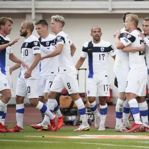 Jalkapallon miesten A-maajoukkue juhlii maalia.