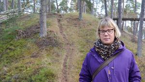 kvinna står framför stig