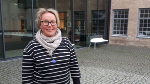 Biträdande professor Salla Tuori utanför Åbo Akademis Arken.