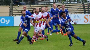 Hård kamp mellan GBK och Vasa IFK i division två.