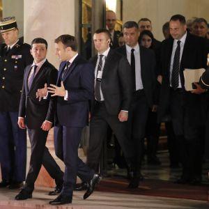 Vankien vaihdosta neuvoteltiin valtionpäämiesten kesken Pariisissa 9. joulukuuta. Kuvassa Ukrainan presidentti Volodymyr Zelenskyi (2. vasemmalta) ja Ranskan presidentti Emmanuel Macron (3. vasemmalta).