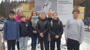 Ali Hasan, Jone Holopainen, Anna-Leena Kähäri, Kiia Karttunen, Eeli Kärkkäinen och Jonne Rantalainen går på Kosken Koulu i Imatra. Med på bilden också deras lärare Jaana Kähö och Anne-Marie Jägerroos.