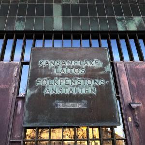 KELAn pääkonttorin ovi, kyltissä lukee Kansaneläkelaitos.