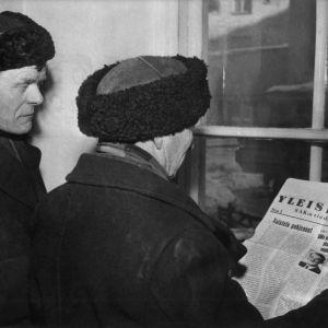 Män läser FFC:s tidning om generalstrejk, 1956