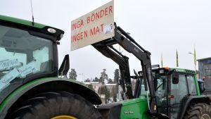 """Plakat på traktor """"Inga bönder ingen mat"""""""
