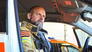 Jourhavande brandmästare Tony Fohlin sitter i ett utryckningsfordon.