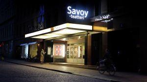 Savoyteatern i Helsingfors i skymningen.