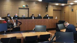 Helsingfors hovrätt med domarna bakom skranket, åklagaren till vänster och försvarsadvokat och åtalad till höger