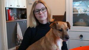 Emma Gäddnäs adopterade hemlösa hundar.