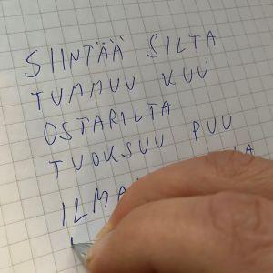 Mies kirjoittaa runoa