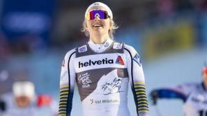 Stina Nilsson ler vid målgången.