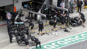 Lewis Hamiltons och Valtteri Bottas bilar förs in i depågaraget.