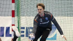 Patrik Roslander försöker nappa en boll bakom en liggande motståndare.