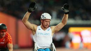 Leo-Pekka Tähti sträcker händerna i luften