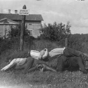 """Fyra män leker """"tämja stutar"""", som är en slags dragkamp. Bilden är tagen 1930 i Bromarf."""