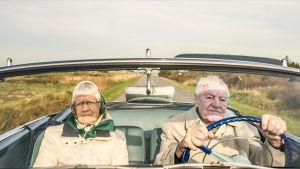 Dagmar och Otto i sin öppna bil.